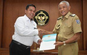 Bupati Sleman menyerahkan Laporan Keuangan Pemerintah Daerah (LKPD).