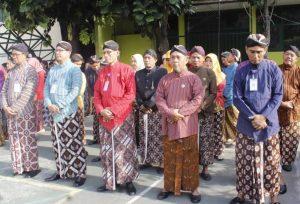 Para guru dan karyawan juga berbusana tradisional.
