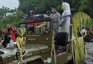 Prosesi nikah bareng di bawah kaki Gunung Merapi