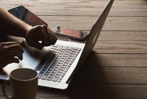 Ilustrasi kerja depan laptop