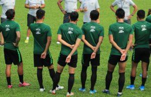 Pemain Timnas saat mendapatkan pengarahan dari pelatih.