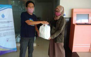 Satgas Covid-19 UMBY bagikan bantuan pada mahasiswa.