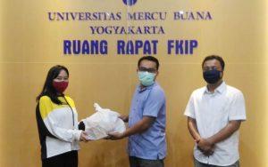 Penyerahan bantuan bagi mahasiswa.