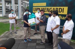 Salah satu perwakilan jurnalis (bertopi) saat menerima bingkisan LEbaran dari Rektor UMY.