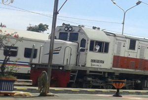 Kereta saat berhenti di stasiun.