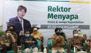 Rektor UMY (pegang mik) beserta jajarannya.