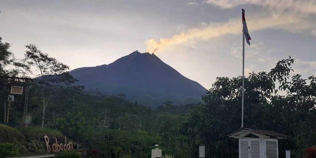 Gunung Merapi terlihat dari pos Babadan