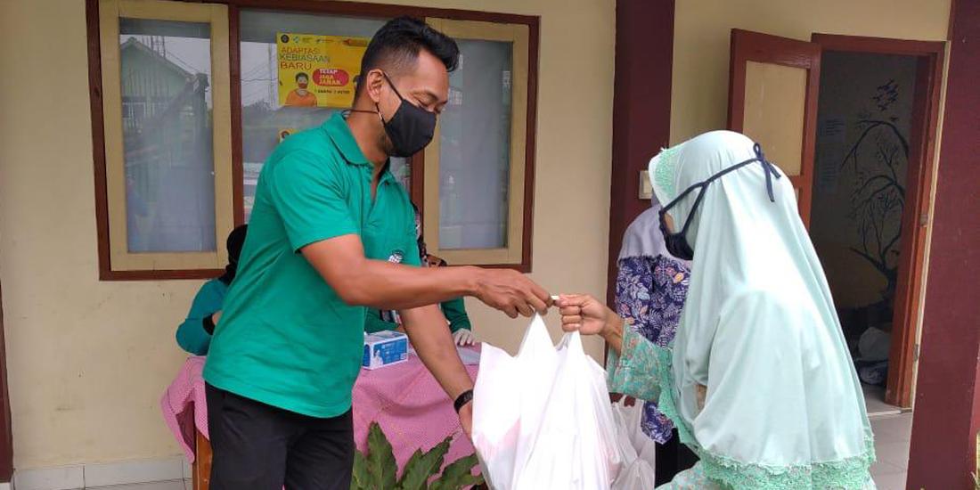 SMP Muhammadiyah berbagi sembako