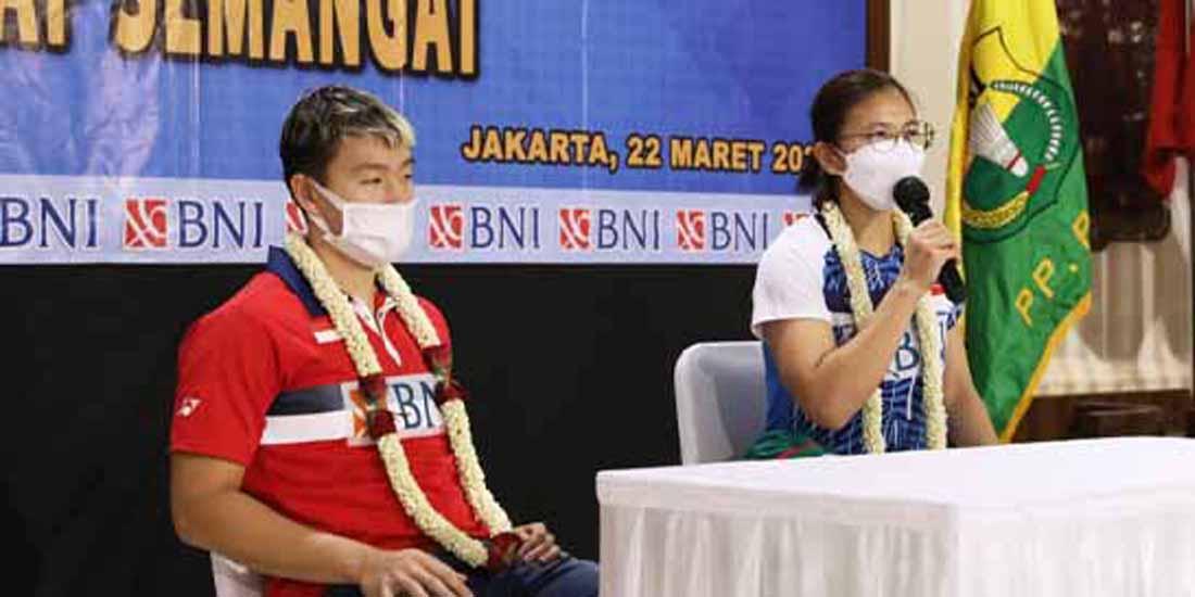 Marcus Fernaldi Gideon dan Greysia Polli saat memberikan kekerangan pers di Bandara Soekarno-Hatta