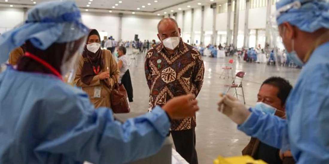 Wagub DIY Paku Alam X tengah meninjau pelaksanaan vaksinasi massal di JEC