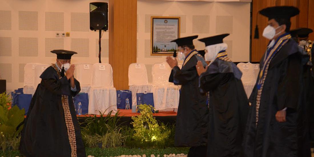 Rektor UNY Prof Sumaryanto (kiri) menghaturkan ucapan selamat kepada 13 Profesor baru,