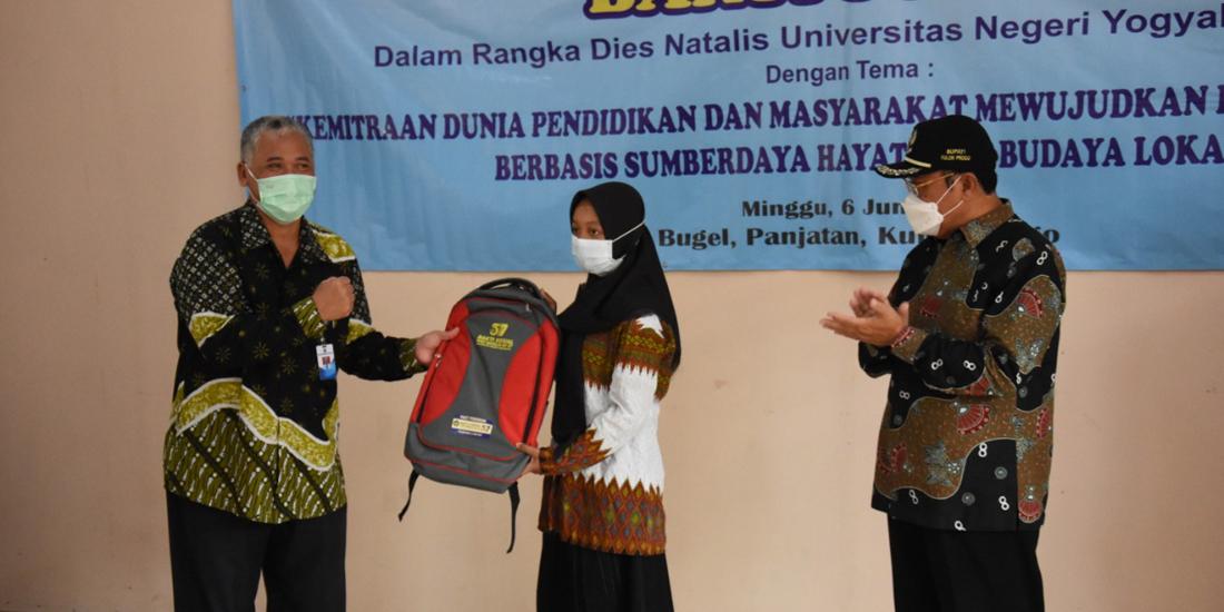 penyerahan paket pendidikan pada siswa setempat disaksikan Bupati.