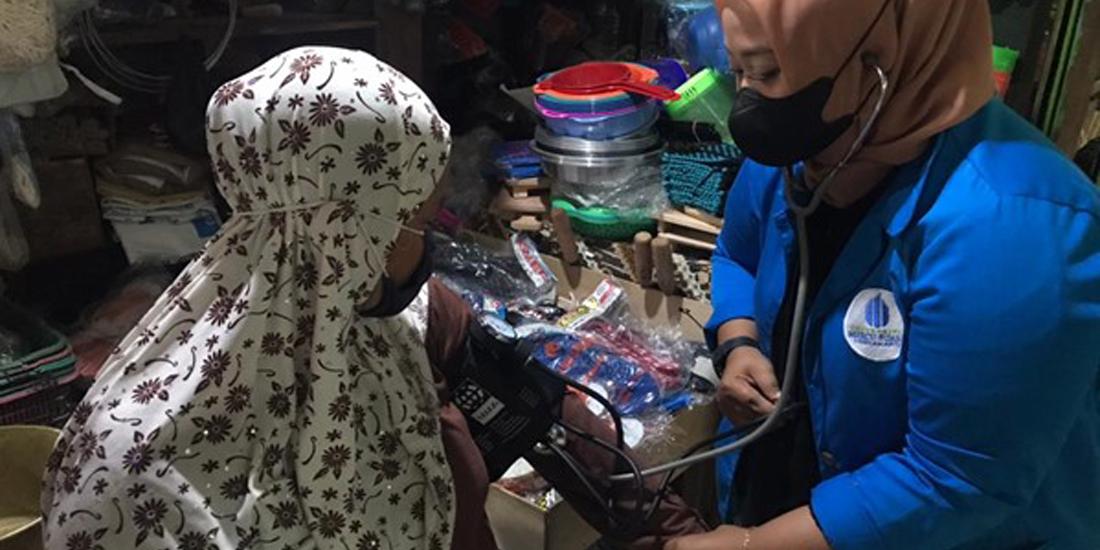 layanan pengecekan tekanan darah bagi para pedagang di Pasar Serangan.