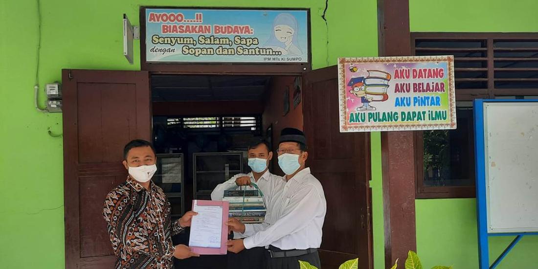 Tingkatkan Literasi, FKIP UMBY Sumbang Buku ke MTs Muh Ponjong