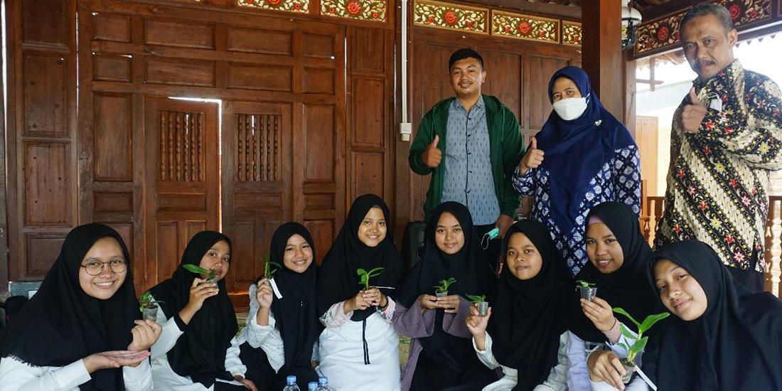 Dosen Agroteknologi UMBY Latih Santri Budidaya Anggrek